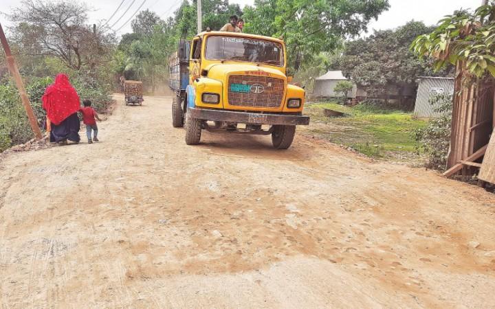মির্জাপুরে দুই কিলোমিটার সড়কে চরম দুর্ভোগ