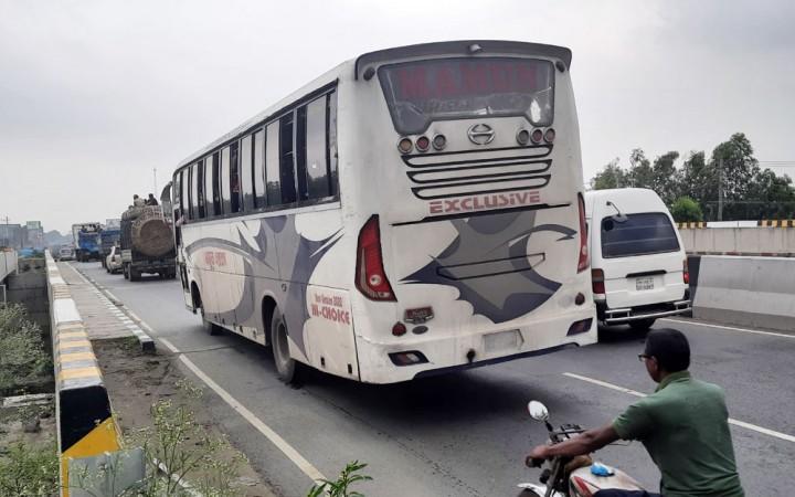 টাঙ্গাইলের মহাসড়কে চলছে যাত্রীবাহী দূরপাল্লার বাস