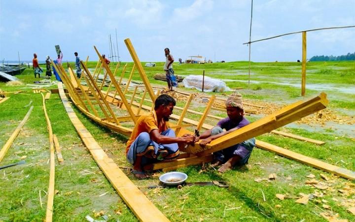বাড়ছে যমুনার পানি, নৌকা তৈরিতে ব্যস্ত কারিগররা