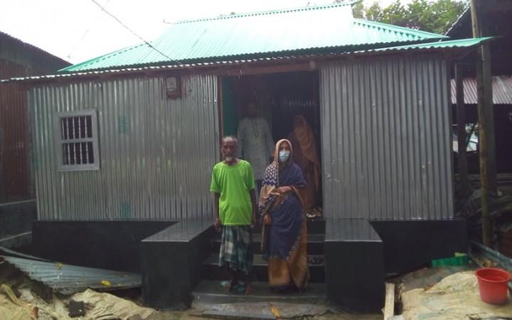 ঘাটাইলে হাসেন আলীকে নতুন ঘর উপহার দিলেন আ'লীগ নেতা আজাদ