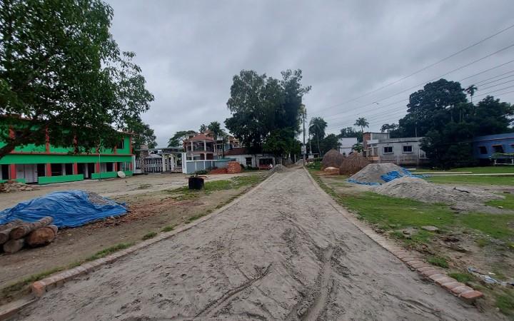 ঘাটাইলে সরকারি প্রাথমিক বিদ্যালয় মাঠের মাঝ বরাবর রাস্তা করছে পৌরসভা