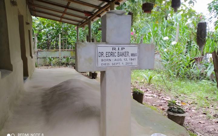 মধুপুরে হাসপাতাল আঙিনাতেই ঘুমিয়ে ডা. এডরিক বেকার